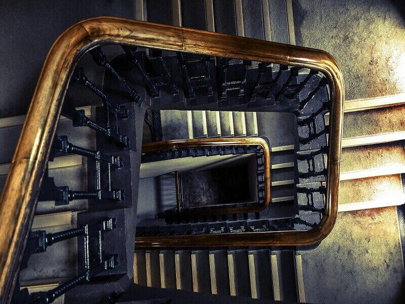 Caduta dalle scale di un condominio chi paga per eventuali danni