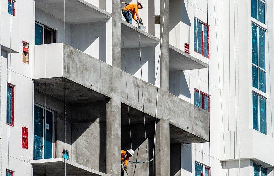 costruzione di un edificio con gravi difetti